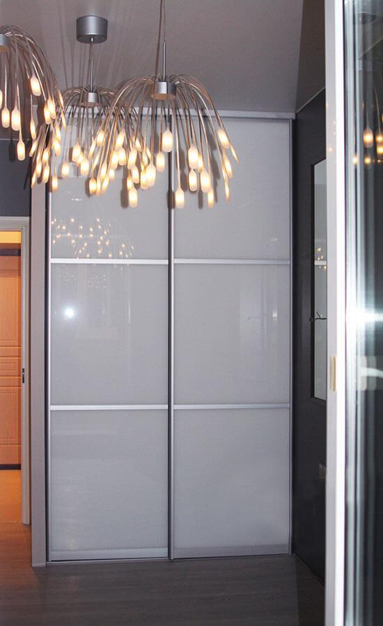 Встроенный шкаф-купе с матовым стеклом на заказ