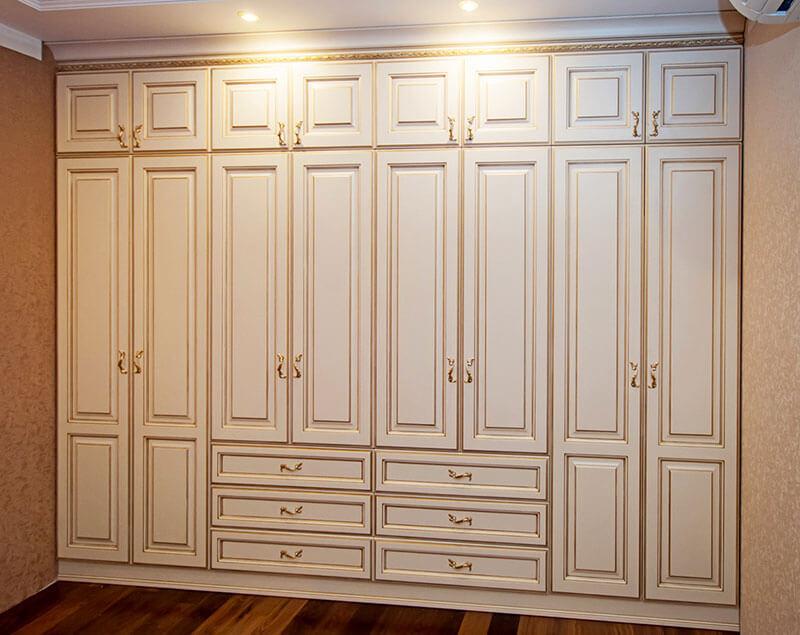 Встроенный восьмидверный шкаф на заказ