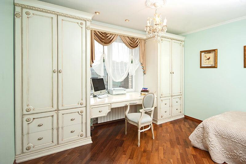 Стол у окна в классическом стиле на заказ