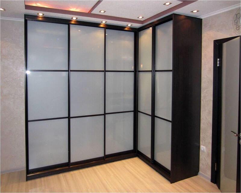 Угловой шкаф-купе со стеклом на заказ