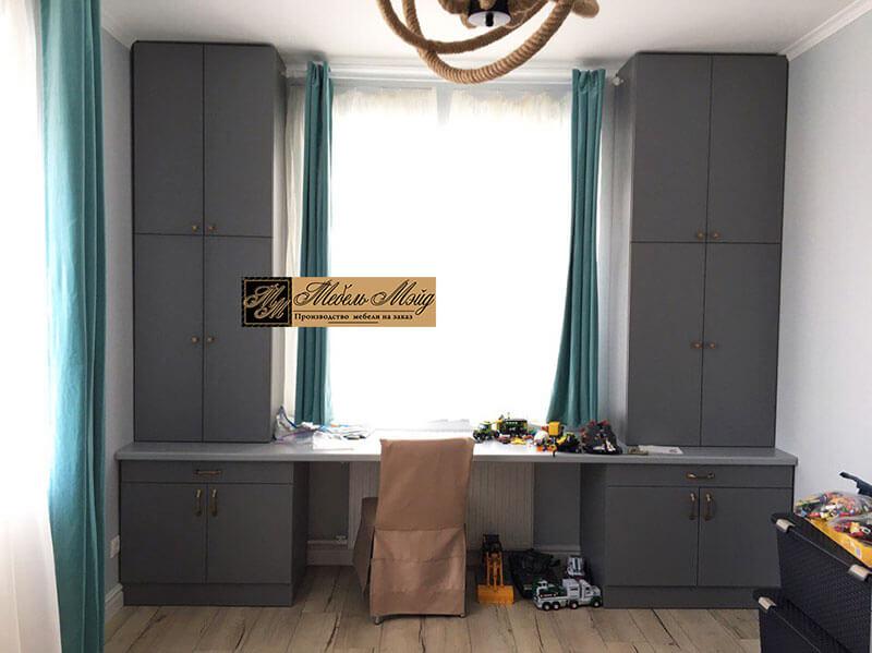 Стол у окна серого цвета на заказ